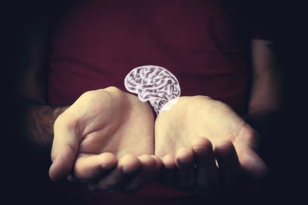 Hjerne som hviler i hender